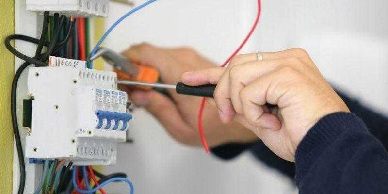 Вызов электрика в Петродворцовом районе СПб на дому: цена, недорого